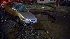 Auto in ein Loch Lizenzfreies Stockbild
