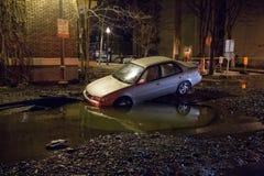 Auto in ein Loch Lizenzfreies Stockfoto