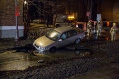 Auto in ein Loch Stockbild