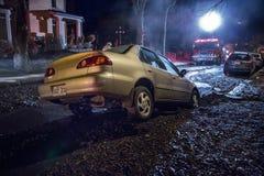 Auto in ein Loch lizenzfreie stockfotografie