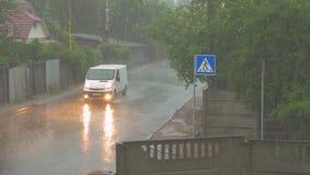 Auto in einem Gewitter stock video
