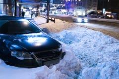 Auto eingeschlossen im Schnee stockfoto