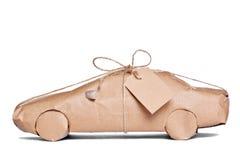 Auto eingewickelt im braunen Papier herausgeschnitten Stockbild