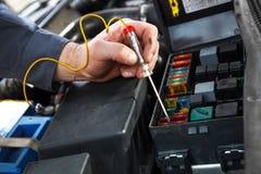 Auto elektrische reparatie stock afbeeldingen