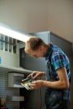 Auto elektrisk arbetare i garage royaltyfri fotografi