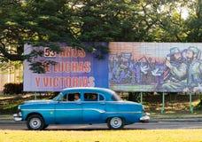 Auto en Aanplakbord, Havana 2013 Royalty-vrije Stock Afbeelding