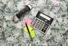 Auto en calculator op geldachtergrond Royalty-vrije Stock Foto