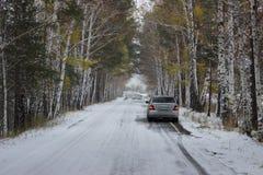 Auto en de herfstlandschap in de sneeuw Royalty-vrije Stock Fotografie