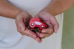 Auto en geld in handen stock foto's