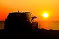 Auto en het plaatsen zon Stock Foto