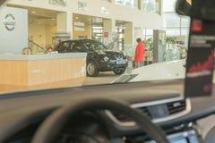 Auto en koper in toonzaal van het handel drijven Nissan in Kazan stad Royalty-vrije Stock Fotografie