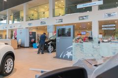 Auto en koper in toonzaal van het handel drijven Nissan in Kazan stad Stock Foto's