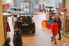 Auto en koper in toonzaal van het handel drijven Nissan in Kazan stad Royalty-vrije Stock Foto's