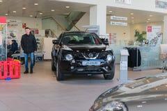 Auto en koper in toonzaal van het handel drijven Nissan in Kazan stad Royalty-vrije Stock Foto