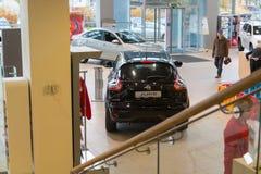 Auto en koper in toonzaal van het handel drijven Nissan in Kazan stad Stock Afbeeldingen