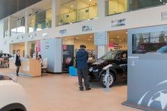 Auto en koper in toonzaal van het handel drijven Nissan in Kazan stad Stock Foto