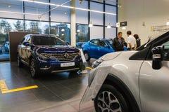 Auto en koper in toonzaal van het handel drijven Renault in Kazan stad Stock Foto