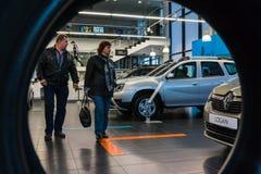 Auto en koper in toonzaal van het handel drijven Renault in Kazan stad Stock Afbeelding