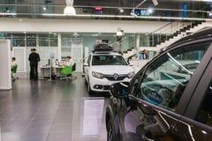 Auto en koper in toonzaal van het handel drijven Renault in Kazan stad Stock Afbeeldingen