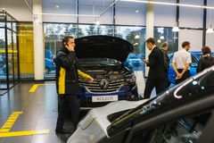 Auto en koper in toonzaal van het handel drijven Renault in Kazan stad Royalty-vrije Stock Afbeeldingen