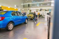 Auto en koper in toonzaal van het handel drijven Renault in Kazan stad Stock Fotografie