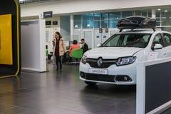 Auto en koper in toonzaal van het handel drijven Renault in Kazan stad Royalty-vrije Stock Fotografie