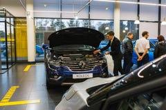 Auto en koper in toonzaal van het handel drijven Renault in Kazan stad Royalty-vrije Stock Afbeelding