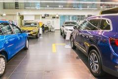 Auto en koper in toonzaal van het handel drijven Renault in Kazan stad Stock Foto's