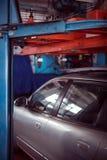 Auto en la tienda del mecánico Fotos de archivo libres de regalías