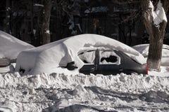 Auto en straat onder sneeuw Royalty-vrije Stock Foto