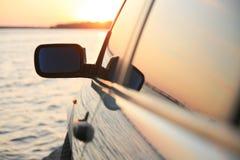 Auto en zonsondergang royalty-vrije stock afbeelding