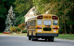 Auto escolar na vizinhança Fotos de Stock Royalty Free