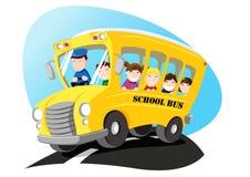 Auto escolar que dirige à escola com crianças Foto de Stock Royalty Free