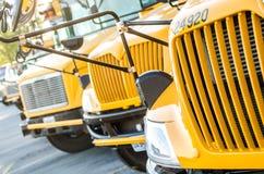 Auto escolares alinhados Fotos de Stock Royalty Free