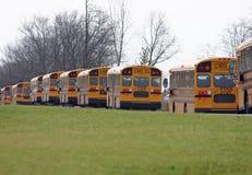 Auto escolares que conduzem em uma linha Fotografia de Stock Royalty Free