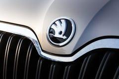 Auto fabricante de Skoda do logotipo da empresa de Volkswagen Group no carro de prata novo Imagem de Stock Royalty Free