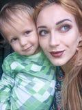 Auto felice del bambino e della madre Fotografie Stock Libere da Diritti