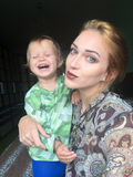 Auto felice del bambino e della madre Immagine Stock