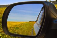 Auto-Fenster mit Reflexion im Seitenspiegel heraus schauen Lizenzfreies Stockfoto