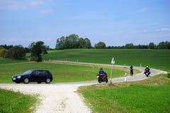 Auto, fiets en fiets op de weg Royalty-vrije Stock Foto's