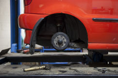 Auto in garage Royalty-vrije Stock Afbeeldingen