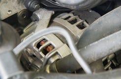 Auto gebruikte alternator innstall met dieselmotor stock foto