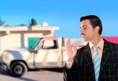 Auto gebruikte winkelbediende die oude auto verkoopt zoals gloednieuw Royalty-vrije Stock Foto's