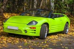 Auto gegen die Herbstbäume Stockfotografie