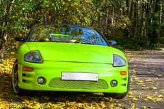 Auto gegen die Herbstbäume Lizenzfreie Stockbilder