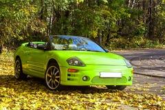 Auto gegen die Herbstbäume Stockfoto