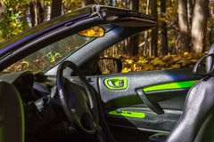 Auto gegen die Herbstbäume Stockbilder
