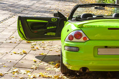 Auto gegen die Herbstbäume Stockbild