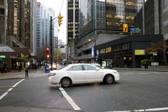 Auto gegen eine Nachtstadt Lizenzfreie Stockfotografie