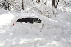 Auto gehaftet im Schnee-Sturm Stockfotografie